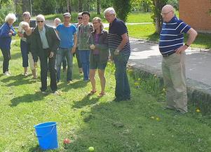 Att pricka rätt med bollarna visade sig bli en rafflande aktivitet. Foto: Bo Byström