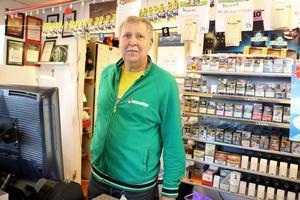 Den 4 november rusade plötsligt en rånare in i Peder Ståhl s tobakshandel. Han berättar för NA efteråt att han känner sig otrygg.