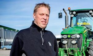 Fredrik Nordin har utfäst en belöning på 10 000 kronor till den som kan lämna tips som leder till att traktorerna hittas.