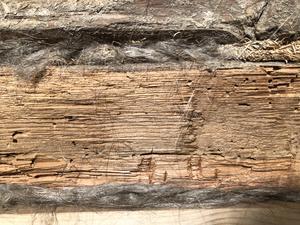Tätning mellan stockarna med lindrev.