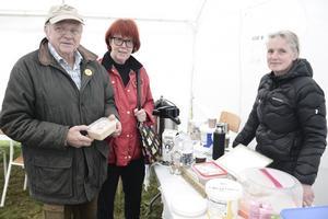 Här köper Helge Jonsson och Gunhild Sällvin det sista paketet med gum av Marika Kaspergård från Nysäterns fjällgård.