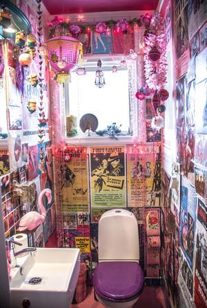 Badrummet är tapetserat med gamla filmaffischer och över badrumsspegeln hänger en ljusslinga som hon gjort själv av minioner:
