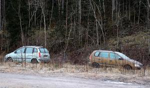 På grusplanen i Erikslund där posthuset stod en gång i tiden har bilar långparkerats och börjat omges av sly.