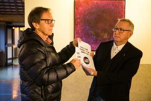 Björn Eklund, från #MEvårdsaknas räcker över information till Jan-Olov Häggström (S).