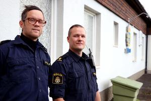Ångepoliserna Daniel Dübbel och Tommy Nyström.