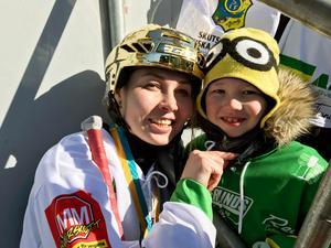Olga Rodionova firade SM-guldet på Studenternas tillsammans med sin son. Nu ska de flytta till Sverige permanent i och med Olgas nya tvåårskontrakt med Skutskär.