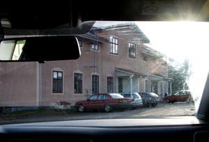 Sammanlagt syntes fyra personbilar utanför lokalen i Skönsmon där Nordiska motståndsrörelsen hade sitt möte i söndags.