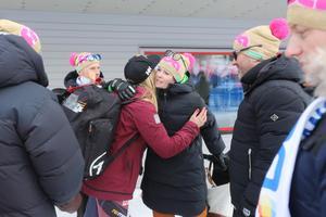 Frida Hansdotter möttes upp av nära och köra efter tredjeplatsen.
