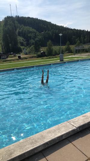 Ett dopp i poolen. Foto Cathrine Palmcrantz