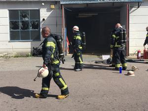 Under tisdagen brann det i en lagerlokal i Horndal. Den nuvarande brandbilen man har i Horndal är anpassad efter bemanningen man har på plats. Tanken är på drygt 400 liter och håller för en släckinsats på runt 3-10 minuter lite beroende på hur man använder brandbilen.