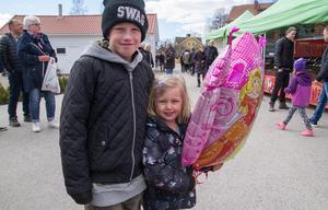 Melker Forslund, 10 år med lillasyster Cornelia. Förutom marknaden tittade de på husbil med sin farmor.