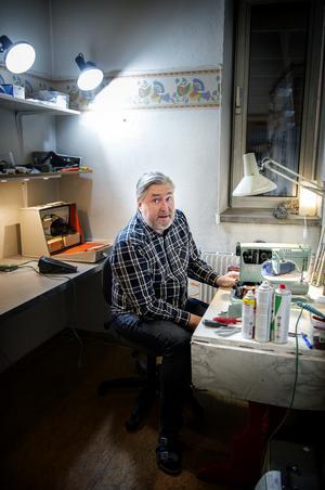 Innanför butiken på Tullgatan håller Emil till när han lagar och servar symaskinerna