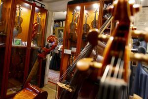 I foajén möter man stråkinstrument av alla de slag.