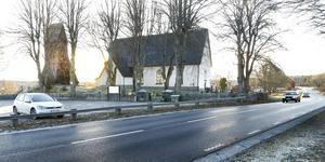 Nyligen omkom två personer vid Söderby-Karls kyrka. Några planerade åtgärder för den farliga vägen finns inte, enligt Trafikverket.