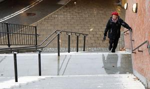 Anna Eriksson får hålla hårt i handtaget när hon ska ta sig upp och ner för trapporna vid Olaitunneln.