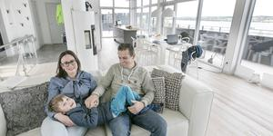 Nadja och Peter Tulner gör sig hemmastadda i soffan tillsammans med sonen Per i deras nybyggda hus i Mosebacken.