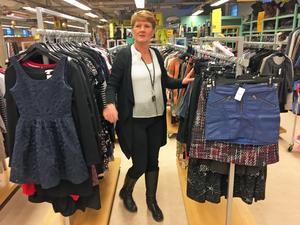 Gabriella Andersson får in mycket kläder till Erikshjälpen.