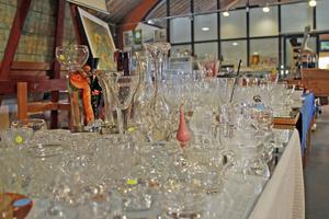 Glas, glas, glas... En alltid lika populär vara på loppmarknaden.