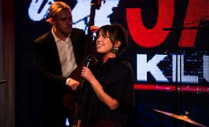 Amanda Ginsburg, sång och Ludvig Eriksson, kontrabas.