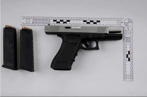 Pistolen som i oktober hittades i 35-åringens bostad. Bild: Polisen