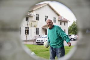 Gunnar Lundgren kastar prick med bollar på Liljans gård.