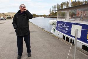 I väntan på polisen kallar George Ayres på andra föreningsmedlemmar för att visa förödelsen på skärgårdsbåten Moa.