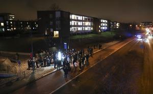 På fredagskvällen samlades hundratals människor i Rosengård för att hedra den 16-årige pojke som sköts till döds vid en busshållplats kvällen innan. Bilden är tagen tidigt under manifestationen. Då den pågick senare  var området fullt av folk. Som synes skedde skottlossningen alldeles i närheten av bostadshus.