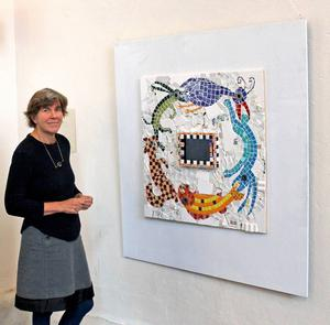 Anna Erlandsson vid hennes mosaikanimation