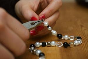 När lusten faller på skapar Ingrid egna smycken.