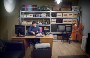 Boris har sitt kontor bland en massa spännande prylar. Svårt att veta hur de används – i sitt ursprungliga syfte eller för att skapa ljud?