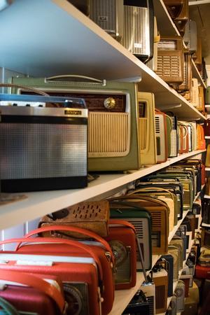 Från golv till tak är stugan fylld med radioapparater i alla möjliga färger och former.