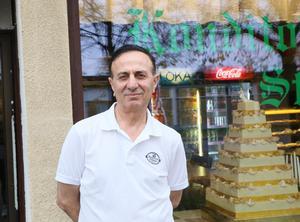 Abdu abdurrahman Aslan är ansvarig och tar emot kunder på café Stinsen.
