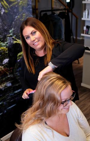 Victoria Fernqvist stylar Angelica Larsson Normans hår.