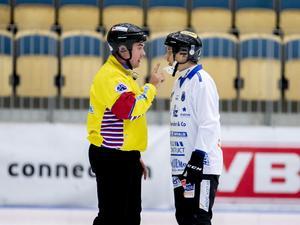 Markus Kumpuoja i en diskussion med domaren Jacob Liljegren under en match förra säsongen. Bild: Adam Ihse/TT