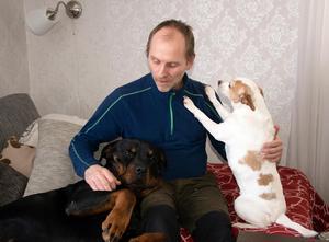 Rottweilern Cezar och den dansksvenska gårdshunden Dizel gör Anders sällskap i hemmet i Mellansverige.