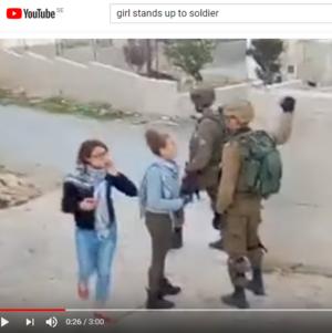 Ur filmen på Youtube där Ahed Tamimi och hennes kusin Nour Tamimi motar ut två israeliska soldater ut familjens trädgård.
