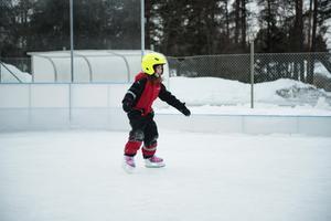 Novalie Mirjestam från Domsjö testar sina skridskor för första gången.