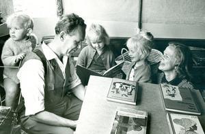 Hela familjen Flodén var nere vid bryggan på Almö Lindö 1964. Här letar man som bäst efter böcker åt barnen. Från vänster:  Kapten Bengt Flodén med Magnus på ryggen, lekkamraten Erika