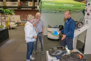 Agneta och Jan Aweson hade egentligen inte planerat att köpa en robotgräsklippare. Men nu kommer de