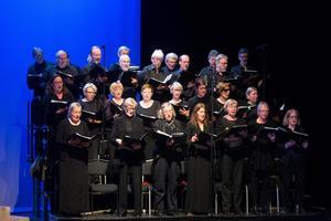 Södertäljeoperans kör tillsammans med Opera Viva från Stockholm när de framförde Romeo och Julia på Estrad.