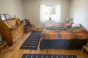 Sovrummet går i samma färger som vardagsrummet/köket.