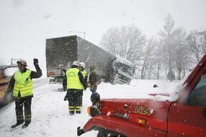 Väg 225. Räddningstjänsten fick så gott det gick ta sig från den ena olyckan till den andra under snökaoset den 13 november 2007. Här har en lastbil kört av väg 225. Foto: Anders Löfgren/NP Arkiv