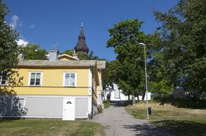 Här nedanför Hudiksvalls kyrka hade snickarsläkten Granlund  sin verkstad.