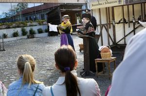 Fröken Olsson och fröken Anna Fjällström, spelade av Jenny Olsson och Tilda Knutsson, höll i föreningen Tomtanes auktion för fattiga på torget. En linneduk gick för 25 öre vilket kan betraktas som ett fynd men auktionen drog ändå in 3 kronor och 25 öre vilket inte är en blygsam summa år 1895.