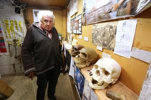 Jan Johansson är pensionär och historisk geolog. Hans historisk-geologiska tidsmuseum ligger i Knällinge, Sköllersta och är Sveriges största. I det här rummet börjar människans historia.