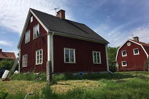Exekutiv auktion Villa belägen i Övermora, cirka 8,5 kilometer norr om centrala Borlänge.  Foto: Kronofogden.