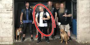 Polisen har hittat flera bilder där mannen poserar tillsammans med andra gängmedlemmar. Bilden kommer från en av polisens förundersökningar.