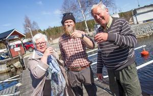 Carls föräldrar Solveig och Anders bjöd på bubbel när Carl kom in till fastlandet igen efter 180 dagar på Agön.