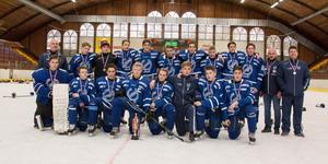 U16 i Köping hockey tog silver i den Tjeckiska cupen som var i helgen. – De tog silver för att de har en god sammanhållning. De flesta har till och med spelat ihop sedan Tre kronors hockeyskola, säger tränaren Johan Gunnarsson.Foto: Privat.
