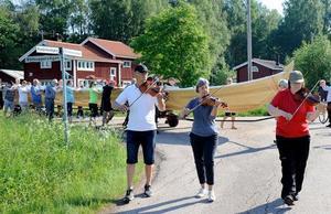 Spelmän ledde båtkortegen ner till vattnet.Foto: Jan Düsing.